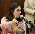Deputada amamenta no plenário e gera polêmica