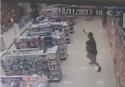 Policial, com bebê no colo, enfrenta e mata dois bandidos (veja o vídeo)