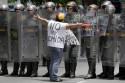 Com a fome maltratando o povo, Venezuela entra em processo de isolamento