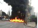 Em Minas, onde o governo é do PT, militantes botam fogo em plena avenida (Veja o Vídeo)