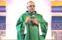 Esse padre canastrão rezou neste domingo pela liberdade de Lula em Aparecida (Veja o Vídeo)