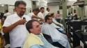 Bolsonaro vai ao salão cortar o cabelo e tem surpresa na saída (Veja o Vídeo)