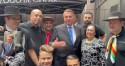 Em restaurante de NY, Bolsonaro recebe emocionante homenagem de trabalhadores brasileiros (veja o vídeo)