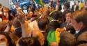 Isso 'eles' não mostram: A emocionante recepção de brasileiros a Bolsonaro, após discurso histórico (veja o vídeo)
