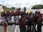 Motociclista ameaça índios e é espancado (Veja o vídeo)