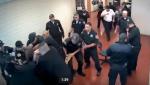 Em presídio, a impressionante fúria de um homem contra inúmeros agentes (veja o vídeo)
