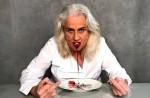 Em protesto, atriz Vera Holtz come absorvente com sangue