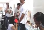 Professora dá aula prática e ensina a colocar camisinha em pênis com a boca (veja o vídeo)