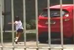 """Impassível a gritos de """"perdão"""", mãe arranca o carro e abandona criança (Veja o Vídeo)"""