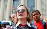 Bisonha, Gleisi tenta explicar traição, sob protestos de militantes (Veja o Vídeo)