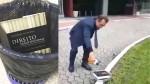 Na frente do fórum, advogado põe fogo no livro de Alexandre do Moraes  (Veja o Vídeo)