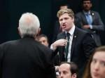 Jovem deputado decente dá lição de moral em deputado idoso e mentiroso do PSOL (Veja o Vídeo)