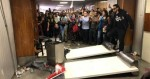 Servidores agridem policiais e quebram tudo durante votação da Reforma da Previdência de SP (veja os vídeos)