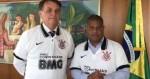 Presidente de todos os brasileiros, Bolsonaro põe a camisa do Corinthians e recebe Marcelinho Carioca (veja o vídeo)