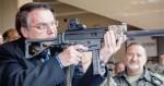 Para desburocratizar o acesso a armas, Bolsonaro assina quatro decretos de uma vez só