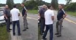 Bolsonaro para na estrada, oferece ajuda para trocar pneu de viatura e viraliza na web (veja o vídeo)