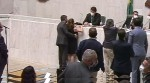Deputado que passou a mão no seio de colega parlamentar vai ficar quatro meses sem receber salário (veja o vídeo)