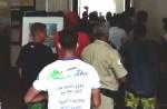 """Povo indignado invade a prefeitura de Angra dos Reis: """"Queremos trabalhar"""" (veja o vídeo)"""