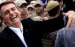 """Bolsonaro recebe """"cantada"""" inusitada e cai na gargalhada (veja o vídeo)"""