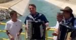 Em momento imperdível, Bolsonaro toca sanfona à beira do canal do São Francisco (veja vídeo)