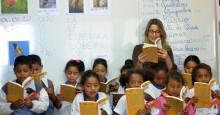 Escola pública e professor feliz