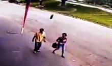 Homem é atingido brutalmente por pneu de carreta, mas sobrevive (veja o vídeo)
