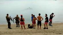 No carnaval de Floripa, ladrão tenta fugir a nado pelo mar e se dá mal (Veja o Vídeo)