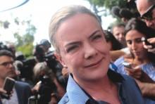 """Gleisi ingressa como """"advogada eleitoral"""" de Lula e quer acesso livre ao presidiário"""