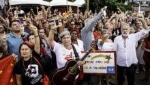 No Natal, em Curitiba, militantes estampam placa associando Lula a Jesus Cristo