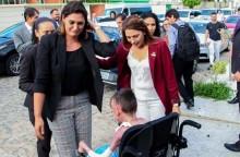 Michelle impressiona com choro e carinho em encontro com portador de doença rara (Veja o Vídeo)