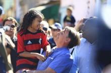 """Bolsonaro vai à casa de Yasmin e reverte brilhantemente a """"Fake News"""" do Estadão (Veja o Vídeo)"""