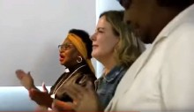 Gleisi, cara de pau, vai ao culto, canta, dança, 'ora' e tenta ludibriar o eleitorado evangélico (Veja o Vídeo)