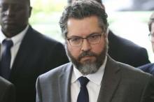 "Chanceler Ernesto Araújo fecha embaixadas ""cabides de empregos"" criadas por Lula"