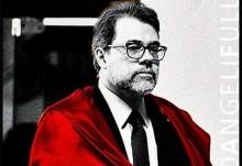 O ministro da capa vermelha