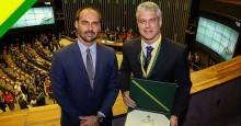 Eduardo Bolsonaro entrega Medalha de Mérito Legislativo para cunhado de Ana Hickmann