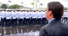 Líder pelo exemplo: Bolsonaro se expõe a forte chuva para demonstrar igualdade de condições com os formandos Militares (veja o vídeo)