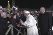 Vexame papal: Francisco bate na mão de fiel (veja o vídeo)