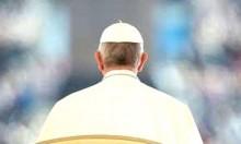 O Papa excomunga os católicos, abraça e abençoa um bandido! (veja o vídeo)