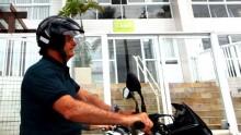 Sempre aplaudido, Bolsonaro, em passeio de moto, visita triplex de Lula