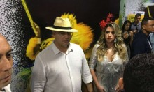 """Sob chuva de vaias, Witzel passeia na Mangueira: """"Fora Judas"""" (veja o vídeo)"""