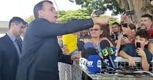 """Folha faz nova matéria """"oportunista"""" e Bolsonaro atropela: """"Patifaria! Canalha! Mentirosa!"""" (veja o vídeo)"""
