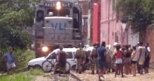 No Rio, carro é atingido por trem, é arrastado por 50 metros, e a motorista sai ilesa (veja o vídeo)