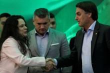 """Visivelmente """"arrependida"""", Janaína volta a defender Bolsonaro em acusações de 'crime eleitoral'"""