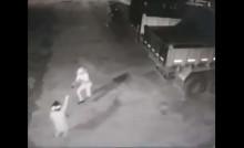 """Vigia de 76 anos reage a assalto e, mesmo baleado, """"cancela CPF"""" de bandido e manda outro para o hospital (veja o vídeo)"""
