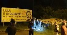 Povo que expulsou Lula e sua caravana da cidade, desta vez derruba outdoor do petista (veja o vídeo)