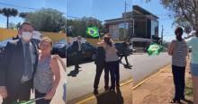 Em SC, Bolsonaro surpreende família na beira da estrada e mulher cai no choro emocionada (veja o vídeo)