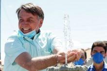 """Bolsonaro leva água para o Nordeste e """"decreta"""" o fim da """"máfia do carro pipa"""" (veja o vídeo)"""