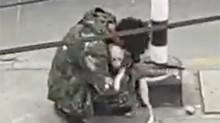 Ignorado por motoristas, artista de rua se consola em abraço de cachorro, cena viraliza e homem é ajudado (veja o vídeo)