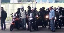 Com milhares de motociclistas, Bolsonaro vai às ruas de Brasília e é ovacionado pelo povo (veja o vídeo)