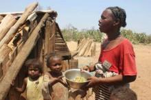 Seca em Madagáscar, na África, obriga pessoas a comer sapatos para não morrer de fome
